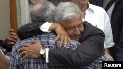 López Obrador, abraza al poeta javier Sicilia participante en las protestas estudiantiles.