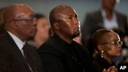 ေတာင္အာဖရိကသမၼတ Jacob Zuma (ဝဲ) ေျမး Mandla Mandela နဲ႔ ေခၽြးမ Josina Machel