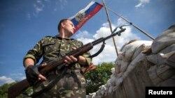 Các phần tử ly khai thân Nga canh một trạm kiểm soát bên ngoài thị trấn Lysychansk, trong vùng Luhansk ở miền đông Ukraine