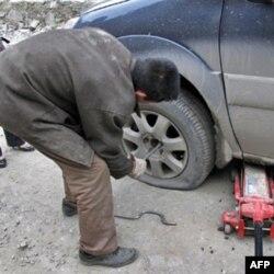 赵师傅帮我们换轮胎
