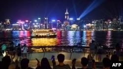"""2019年8月23日,香港抗议者手牵手沿着维多利亚港组成人链""""香港之路""""。"""