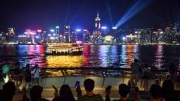 """2019年8月23日,香港抗議者手牽手沿著維多利亞港組成人鏈""""香港之路""""。"""