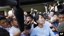缅甸民主领袖昂山素季4月22日离开她的办公室