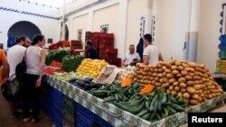 Des Tunisiens achètent des fruits et des légumes sur le marché de Tunis, Tunisie, le 27 mai 2017.