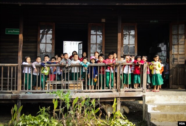Karenni children gather in Demoso, Kayah State. (K. Arnold/VOA)