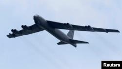 지난 2012년 2월 괌 미군 기지에서 이륙한 미 공군 소속 B-52 폭격기가 싱가포르에서 열린 에어쇼에서 비행 시범을 보이고 있다. (자료사진)