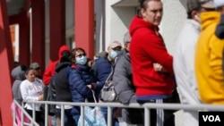 Amerikanci čekaju u redovima da se prijave za pomoć za nezaposlene (Foto: AP/John Locher)