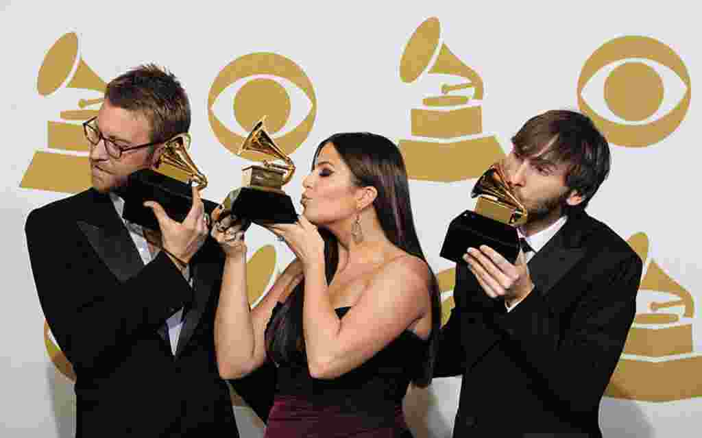 اعضای گروه «لیدی انتبلوم» برندگان جایزه بهترین آلبوم سبک کانتری