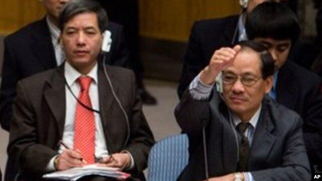 Ông Lê Lương Minh (phải) tại một phiên họp của Hội đồng Bảo an