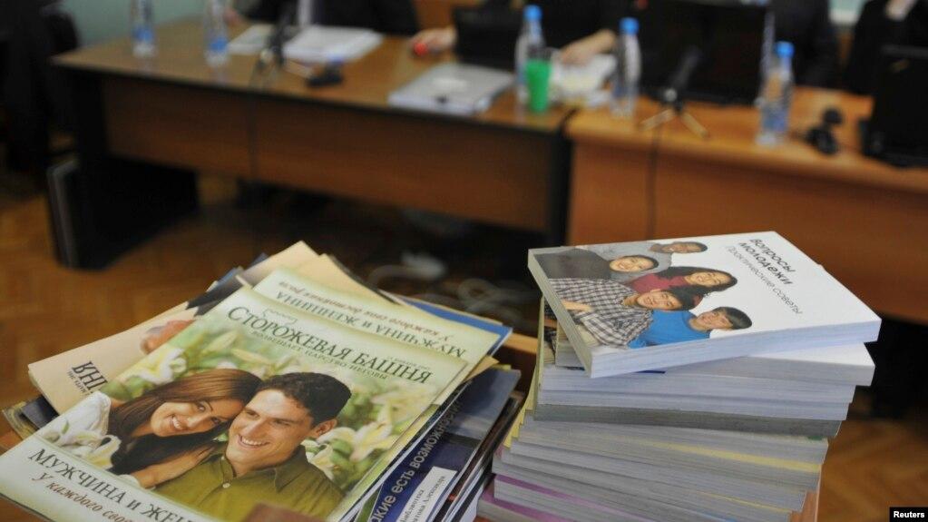 Arquivo - Pilhas de folhetos distribuídos por membros das Testemunhas de Jeová são vistos durante a sessão da corte na cidade siberiana de Gorno-Altaysk, 16 de dezembro de 2010.