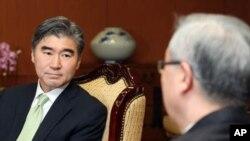 김성환 한국 외교통상부 장관과 김정일 사망에 관해 대화를 나누는 성김 주한 미국 대사 (좌)