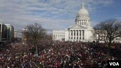En Wisconsin las protestas ante el Capitolio han sido multitudinarias.