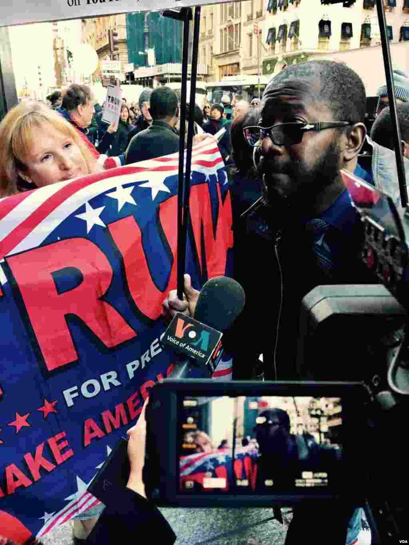 Wapinzani na wafuasi wa Trump mbele ya jengo la Trump mjini New York.