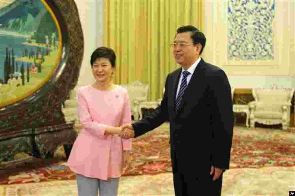 박근혜 한국 대통령(왼쪽)은 28일 베이징 인민대회당에서 중국의 장더장 전국인민대표회의 상무위원장을 접견했다.