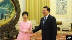 Tổng thống Nam Triều Tiên Park Geun-Hye (trái) và Chủ tịch Quốc hội Trung Quốc Trương Ðức Giang tại Ðại Sảnh đường Nhân dân ở Bắc Kinh, ngày 28/6/ 2013.