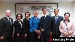 美国消费品安全委员会代理主席安·玛丽·布尔克尔(左四)与台湾经济部官员合影 (台湾经济部网站提供)
