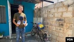"""Wilferson Rodríguez Ríos, un joven """"periodista comunitario"""" que desde 2019 está contando las noticias del barrio venezolano La Lucha, en Maracaibo, Zulia. Septiembre 3, 2021. Foto: Gustavo Ocando - VOA."""