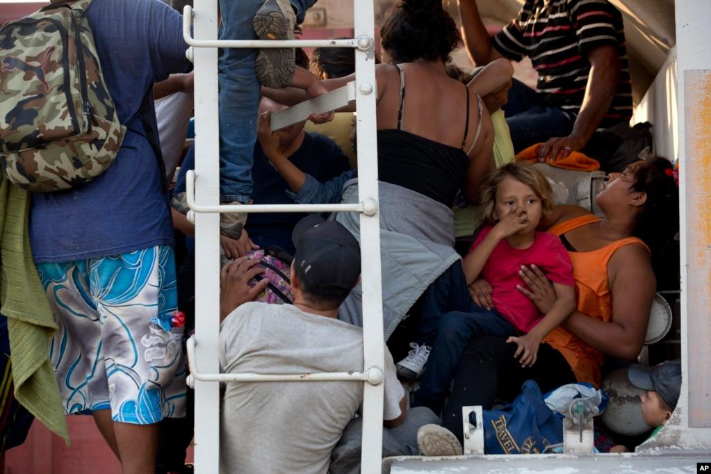 멕시코에 진입한 중남미 이민자들이 화물열차에 몸을 실은 채 남부 오악사카주 익스테펙을 출발, 미국 국경으로 이동하고 있다.