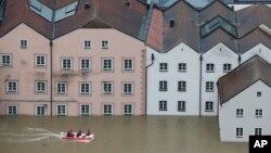 Đường phố bị ngập lụt ở trung tâm Passau, miền nam nước Đức.