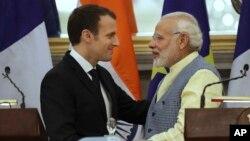 معاہدوں پر دستخطوں کے بعد فرانس کے صدر میکرون اور بھارتی وزیر اعظم مودی مصافحہ کر رہے ہیں۔ 10 مارچ 2018