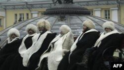 На Манежной площади в Москве группа старейшин из Кабардино-Балкарии устроила акцию протеста против насилия и нарушения прав человека в этой северокавказской республике. Архив: ноябрь 2010г.