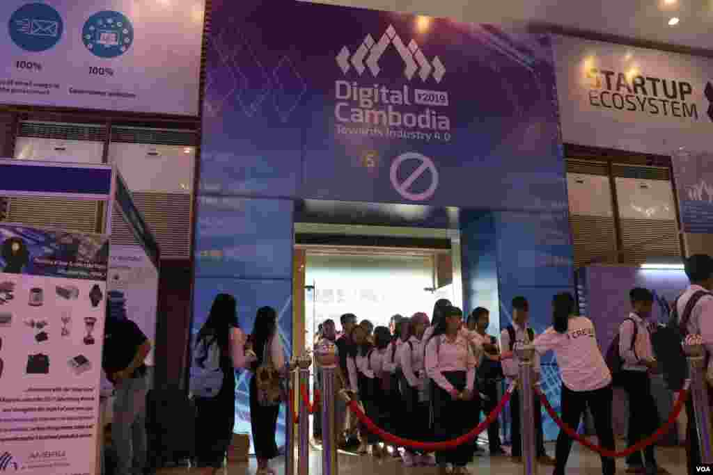 ពិព័រណ៍បច្ចេកវិទ្យាថ្នាក់ជាតិនិងទ្រង់ទ្រាយធំដំបូងបំផុតនៅកម្ពុជា ដែលមានរយៈពេលបីថ្ងៃ ឈ្មោះ «ឌីជីថលកម្ពុជា» Digital Cambodia ឆ្នាំ២០១៩ បានត្រូវបើកជាផ្លូវការដោយមន្ត្រីជាន់ខ្ពស់រដ្ឋាភិបាល នៅព្រឹកថ្ងៃសុក្រទី១៥ ខែមីនានេះ នៅសាលពិព័រណ៍កោះពេជ្រ ក្នុងរាជធានីភ្នំពេញ។ (ស៊ុន ណារិន/VOA)