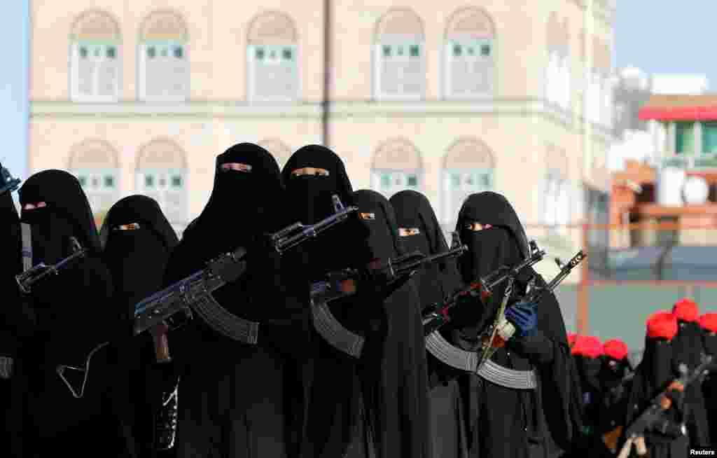 ស្ត្រីស្មោះស្ម័គ្រនឹងក្បួនដង្ហែរចលនា Houthi ដើម្បីបង្ហាញការគាំទ្ររបស់ពួកគេនៅ Sana'a ប្រទេសយេម៉ែនកាលពីថ្ងៃទី១៧ មករា ២០១៧។