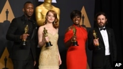 "Mahershala Ali, winner of the award for best actor in a supporting role for ""Moonlight"", from left, Emma Stone, winner of the award for best actress in a leading role for ""La La Land"", Viola Davis, winner of the award for best actress in a supporting role"