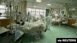 中國武漢中心醫院的醫生在治療新冠病毒感染者。(2020年1月25日)