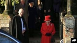 Ratu Inggris Elizabeth II seusai menghadiri misa Natal di Gereja Santa Maria Magdalena di Sandringham, Norfolk, Inggris, 25 Desember 2019. (AP Photo/Jon Super).