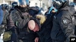 Cảnh sát bắt một người trong cuộc biểu tình chống việc bắt giữ lãnh tụ đối lập Aleksey Anatolyevich Navalnyy ở Khabarovsk, 6.100 km về phía đông Moscow, Nga, hôm 23/1/2021.