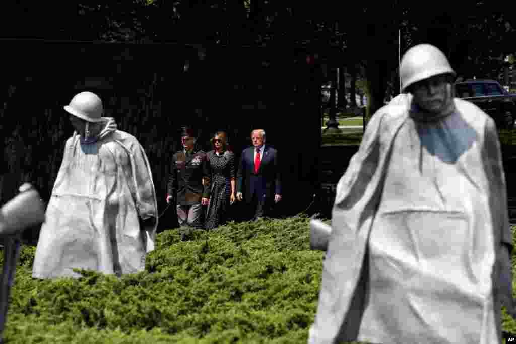 پرزیدنت ترامپ و بانوی اول در بنای یادبود جنگ کره. کره شمالی در ۲۵ ژوئن ۱۹۵۰ (هفتاد سال پیش) به بخش جنوبی کره حمله کرد که از حمایت آمریکا و سازمان ملل برخوردار بود. این جنگ در ۲۷ ژوئیه ۱۹۵۳ با پیمان آتشبس به حالت ترک مخاصمه به پایان رسید.