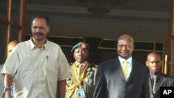 Rais Isaias Afwerki, (kushoto), na rais Yoweri Museveni, (kulia), kwenye ikulu ya Entebbe, Uganda baada ya mkutano na waandishi habari, Thursday Aug.18, 2011