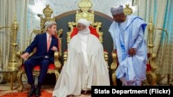 아프리카· 중동 지역을 순방중인 존 케리(왼쪽) 미 국무장관이 23일 나이지리아 서북부 소코토의 술탄 궁에서 무함마두 사드 아부카바(가운데) 술탄 등 현지 지도자들과 환담에 앞서 포즈를 취하고 있다.