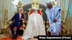 Le secrétaire d'Etat américain John Kerry est assis avec le sultan Muhammadu Sa'ad Abubakar, et le gouverneur de Sokoto Aminu Waziri Tambuwai au palais du sultan à Sokoto, Nigeria, le 23 août 2016.