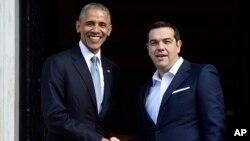 바락 오바마 미국 대통령(왼쪽)이 15일 그리스 아테네에서 알렉시스치프라스그리스총리와 만나 악수하고 있다.