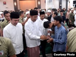 Presiden Joko Widodo menyalami jamaah usai salat tarawih pertama di Masjid Soedirman di kompleks Museum Peta, di Bogor, Minggu 5/5 (Foto: Setpres RI).