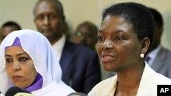Naibu katibu mkuu wa Umoja wa mataifa anayeshughulikia masuala ya kibinadamu Valerie Amos katika mkutano na waziri wa masuala ya kijamii wa Sudan Amira al-Fadel Mohamed huko Khartoum.