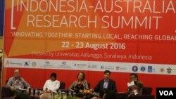 Walikota Surabaya Tri Rismaharini (kedua dari kiri) menjadi salah satu pembicara pada pembukaan Indonesia-Australia Research Summit di Universitas Airlangga Surabaya, Senin 22/8 (foto VOA/Petrus Riski)