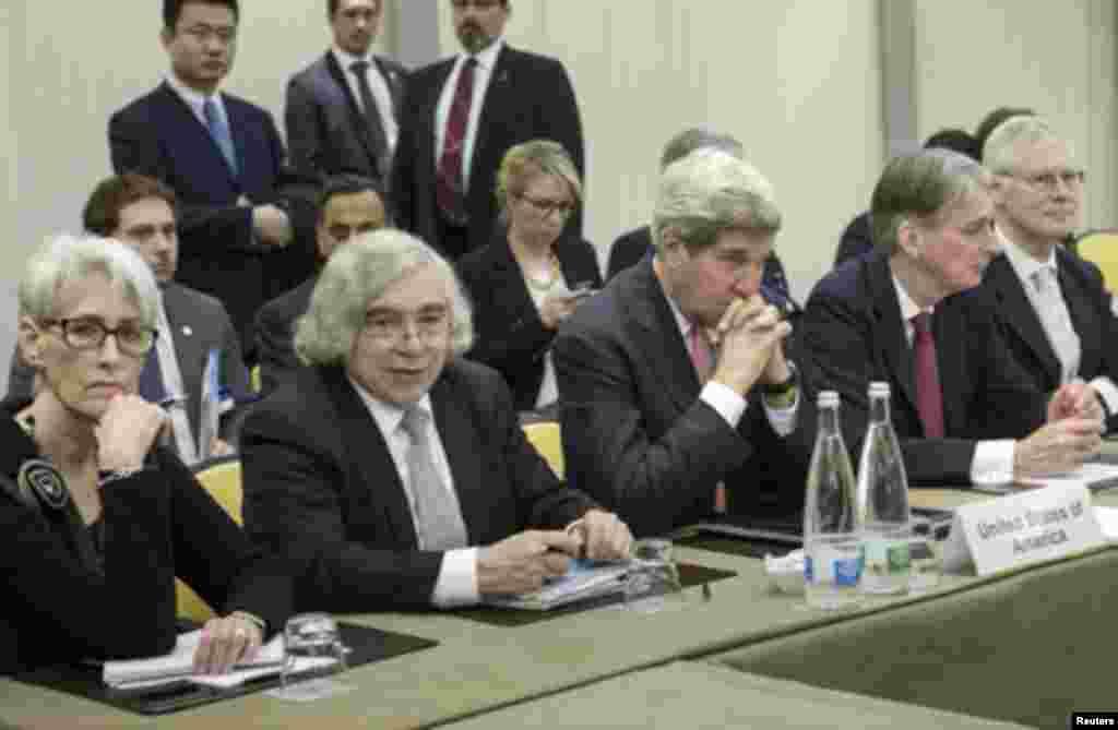 ان مذاکرات میں شامل چھ عالمی طاقتوں کا کہنا ہے کہ ایران کو مفاہمت کرنی چاہیئے۔