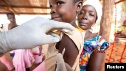 Un enfant est vacciné contre la rougeole lors d'une campagne d'urgence menée par Médecins sans frontières (MSF) à Likasa, province de Mongala, dans le nord de la République démocratique du Congo.