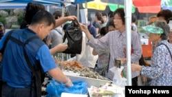 22일 서울 서대문구청 광장에서 열린 '추석맞이 직거래장터'에서 주민들이 명절 성수품을 구매하고 있다.