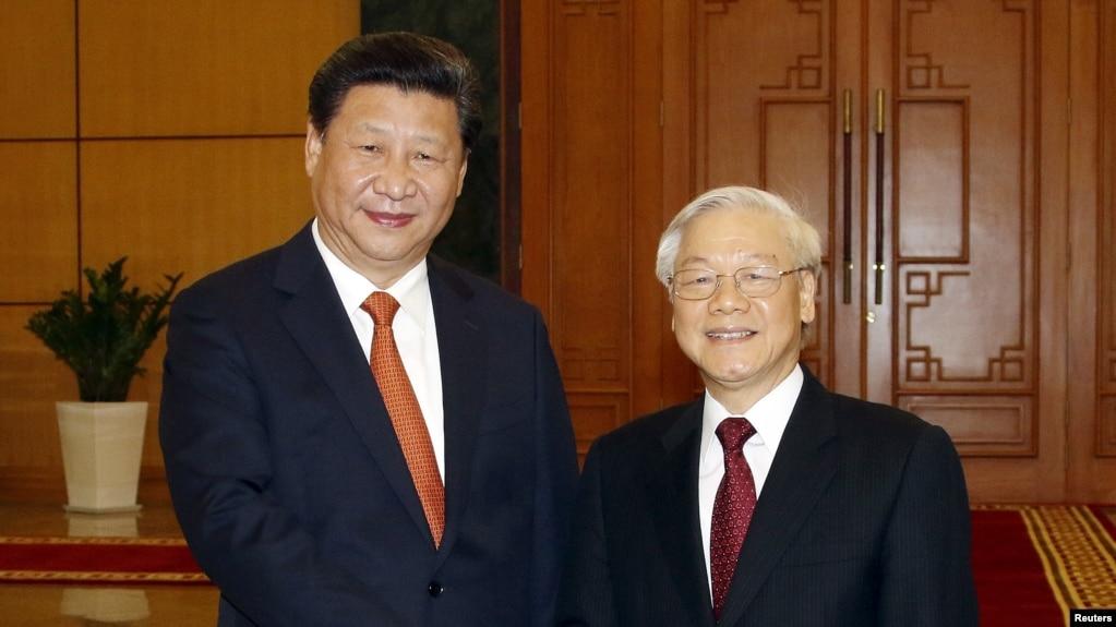Chủ tịch Trung Quốc Tập Cận Bình (trái) và Tổng Bí thư Nguyễn Phú Trọng tại Trụ sở Trung ương Đảng Cộng sản Việt Nam ở Hà Nội, ngày 5/11/2015.