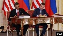 Presiden Obama dan Presiden Rusia Dmitry Medvedev saat menandatangani perjanjian START, April tahun lalu.