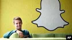Le PDG de snapchat Evan Spiegel devant le logo de son entreprise le 24 octobre 2013.