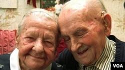 Emilie (izquierda), de 96 años, y Otto Kahl, de 97 años, han estado casados por 75 años.
