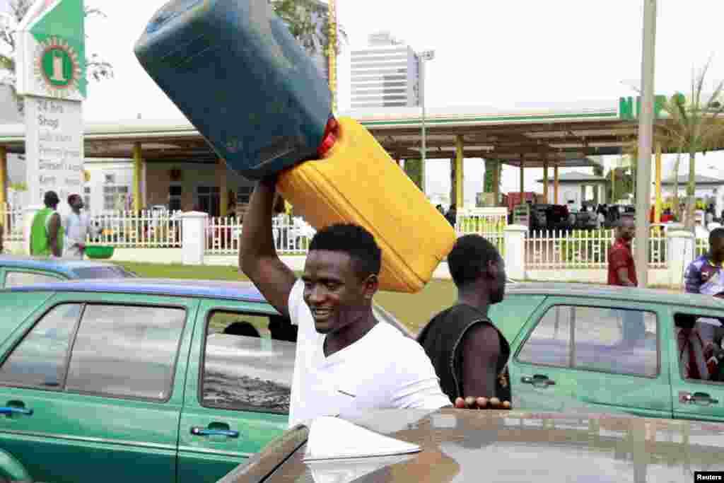 A falta de combustível na Nigéria faz com que as pessoas andem com bidons à procura do líquido precioso