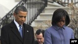Prezident Obama silahlı hücum zamanı həlak olanların xatirəsini anmaq üçün Arizonaya səfər edib