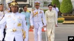 Thailand's King Maha Vajiralongkorn, center, Queen Suthida, right, and his daughter Princess Bajrakitiyabhaarrive, third right, arrive at Royal Plaza to pay homage to the Equestrian Statue of King Chulalongkorn in Bangkok, May 2, 2019.