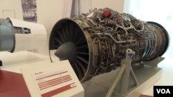 去年莫斯科武器展上展出的苏-35战机上使用的引擎。(美国之音白桦拍摄)